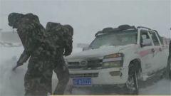 西藏阿里:武警官兵全力抢通积雪路段
