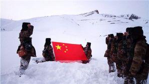 """巡逻在""""雪海孤岛"""" 官兵成了移动的雕塑""""雪人"""""""
