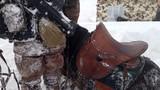 刚从雪窝中爬出来,巡逻官兵的衣服便被冻得僵硬。