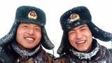巡逻路上,官兵战胜困难后脸上露出了灿烂的笑容。