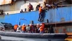 海军第31批护航编队紧急救治患病渔民