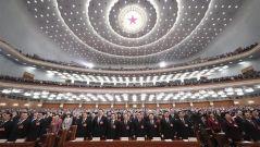 十三届全国人大二次会议开幕 全体唱国歌