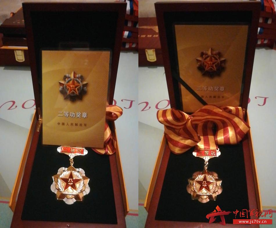 图1  李蒙蒙获得的军功章