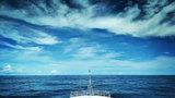 承载着使命与任务航行在蔚蓝的大海上。