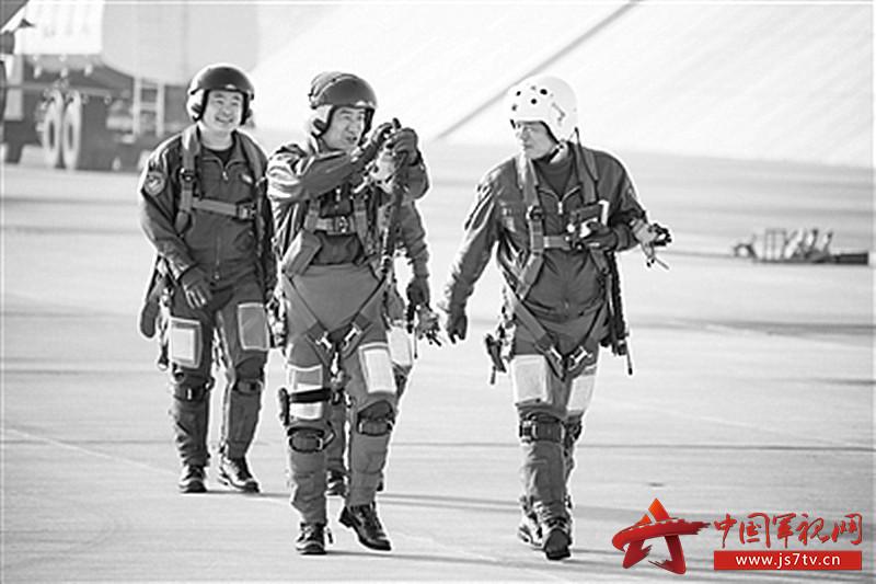 """空军哈尔滨飞行学院某旅组织自由空战对抗训练。(0)打了""""胜仗""""的飞行教官古建民和李彬走下战机第一时间分享胜利的喜悦。1"""