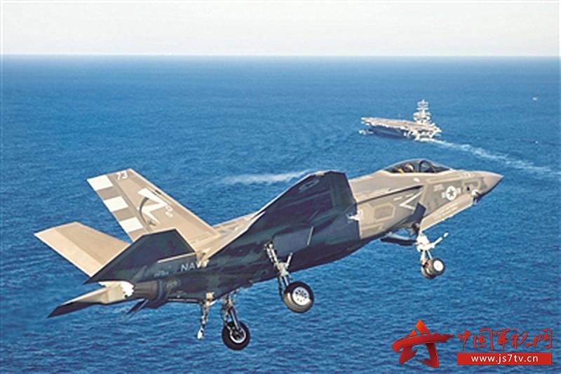 """美海军F-35C在""""尼米兹""""号航母上空盘旋准备降落(0)"""