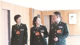 3月5日下午,军队政协委员尹璐、李贤玉、徐忠富(从左至右)在参加小组会议间隙讨论交流。