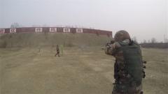 子弹擦肩而过 战友离靶仅半米射手仍能冷静开枪