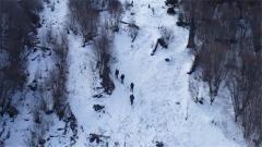 上走三步下滑两步 侦察尖兵互帮互助咬牙前进登雪山