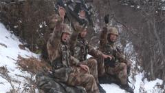 向胜利冲刺 侦察尖兵6小时负重终登顶雪山