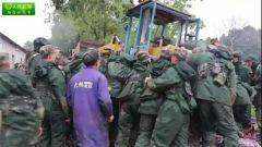 太罕见了 武警官兵力举数吨重铲车成功救人