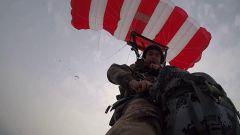 《军事报道》20190408特种兵翼伞训练隐蔽渗透