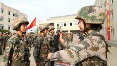 陆军第77集团军某特战旅举行新兵授枪仪式