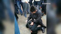 云南麗江:歹徒搶劫游客 武警將其抓獲