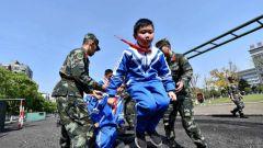 接受国防教育 小学生近距离感受军旅生活