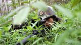 捕歼战斗训练中,狙击小组远距离观察。