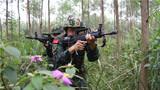 捕歼战斗训练中,特战队员丛林追击。