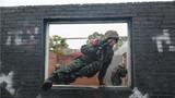 战术训练中,特战队员飞窗而入。