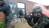 战术训练中,特战队员快速出击。