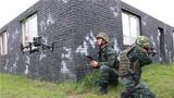 捕歼战斗训练中,特战队员利用无人机进行侦查。