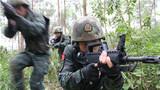 捕歼战斗训练中,特战队员快速出击。
