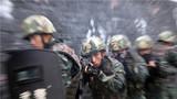 战术训练中,特战小队开展协同训练。