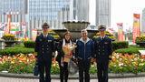 4月20日,阿根廷海军参谋长何塞•路易斯•比利安上将携夫人,抵达青岛香格里拉大酒店  王游 摄