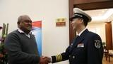 4月20日,斐济海军司令亨弗里•塔瓦基海军上校携夫人,抵达青岛流亭国际机场   卢政 摄