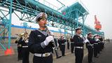 4月21日,中国海军军乐队在青岛大港码头欢迎参加多国海军活动的外国舰艇。(尚文斌 摄)