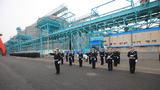 4月21日,中国海军军乐队在青岛大港码头欢迎参加多国海军活动的外国舰艇。(尚文斌 摄 )