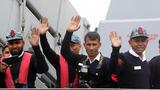 """孟加拉国""""决心""""号护卫舰(F112)抵达,舰员挥手致意。(徐晓羽 摄)"""