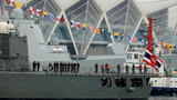 """4月21日上午,泰国""""纳黎萱""""号护卫舰抵达青岛。(尚文斌 摄)"""
