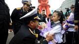 4月21日,小朋友向随舰来访的越南海军领导鲜花。(尚文斌 摄)