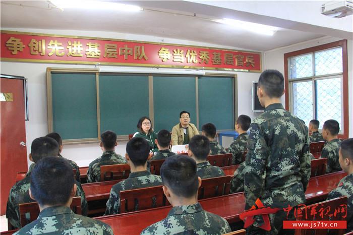 課堂上,官兵不時就工作生活中遇到的法律困惑進行提問交流