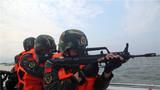 特战队员在海上警戒。