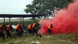 """特战队员利用烟雾弹迅速出击并将""""暴恐分子""""击毙。"""