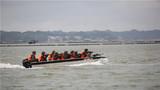 特战队员进行海上追击。
