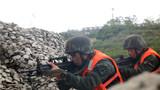 特战队员迅速抵近目标。