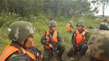 特战队员研讨抓捕方案。