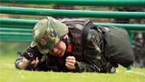 参赛官兵正在进行体能组合项目竞赛。