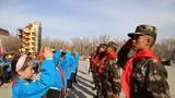 學校組織開展向武警官兵獻紅領巾活動。
