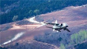 惊艳!飞行员驾驶战机超低空高速通过山谷