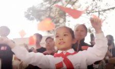 """""""军歌快闪""""进校园:现场齐唱《我和我的祖国》场面感人"""