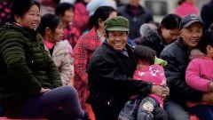 幸福山村换新颜 武警官兵为村民拍摄了一部宣传片