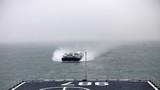 """5月6日上午,""""蓝色突击-2019""""中泰海军联合训练参训双方舰艇陆续驶离湛江某军港码头,前往预定训练海域,标志着此次联训港岸训练阶段圆满结束,正式进入海上训练阶段。图为""""五指山""""舰接收气垫船。"""
