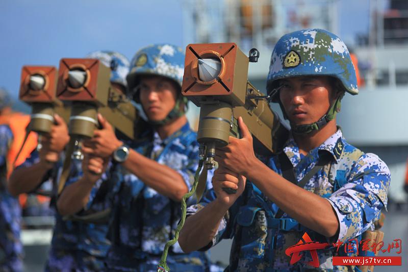 射手使用防空导弹模拟训练系统快速捕捉目标 (3)