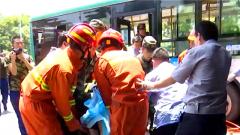 公交车撞上桥墩  武警官兵紧急救援