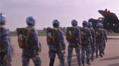 百名航空救生专业学兵完成自主保障跳伞考核