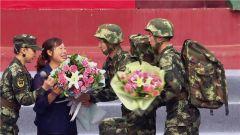 """王成龙母亲泪洒军营:""""成龙没有走完的路,以后就靠你们了"""""""