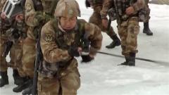 临时加练也不怕 特战队员反抓绳索首次尝试攀登冰面